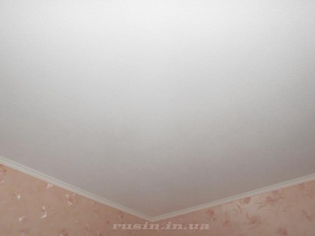 покрытый обоями гипсокартонный потолок