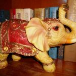 слон хоботом вверх