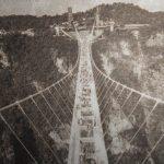 Стеклянный мост «трескается» под ногами
