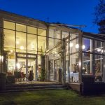 Преимущества и недостатки домов со стеклянным фасадом
