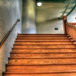Причины скрипа деревянной лестницы и методы устранения проблемы