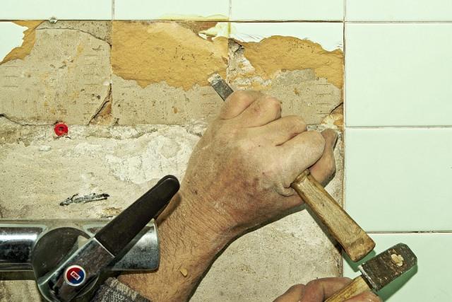 Замена керамической плитки и заделка скола